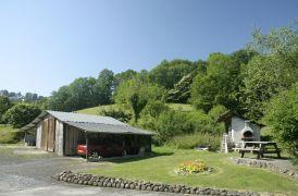 Terrasse et jardin de la location en Béarn